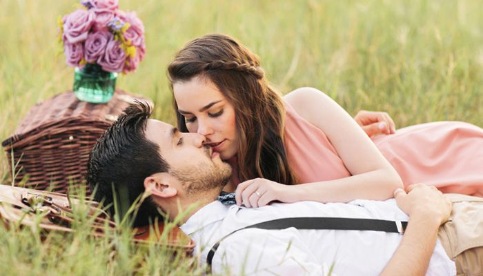 1000+ Happy Kiss Day Shayari, SMS, Quotes in Hindi | English